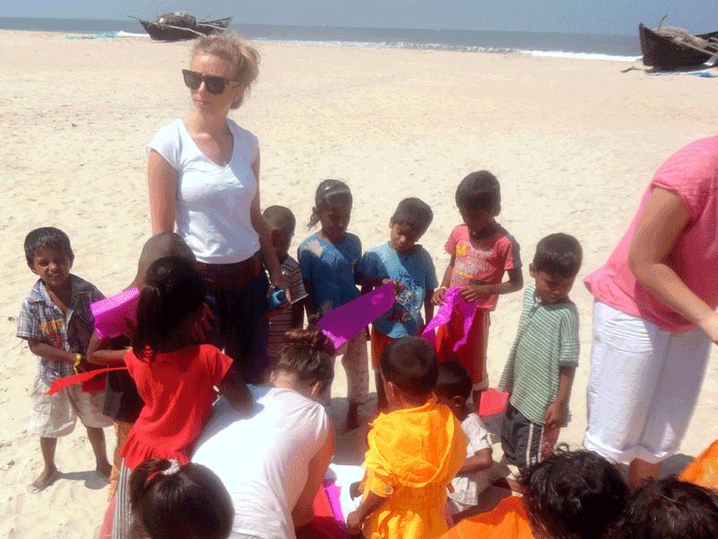 Am Strand helfen