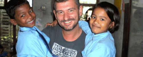 Freiwilliger mit nepalesischen Kindern
